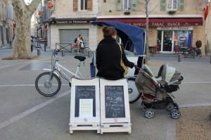 Gare de vélo-taco sur la Place voltaire à Arles.
