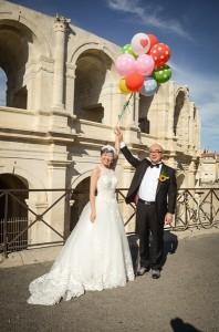 Les jeunes mariés devant les Arènes