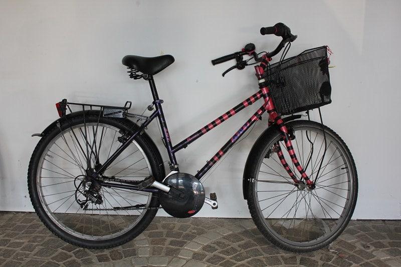 Vélo de ville avec  panier à louer en gare SNCF d'Arles