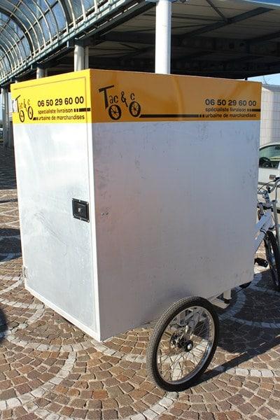 Tri sélectif dans centre ville d'Arles en vélo cargo