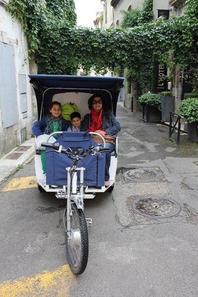 Une famille en vélo taco