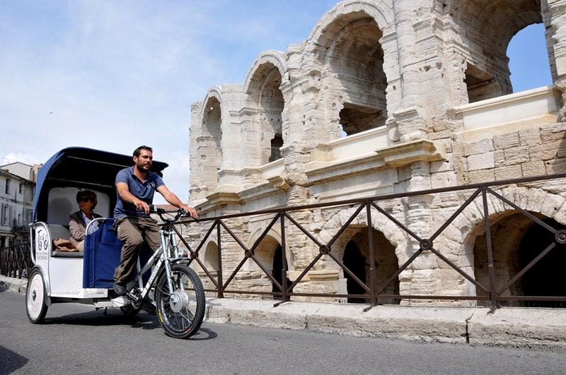 Touriste en vélo taco autour des Arênes