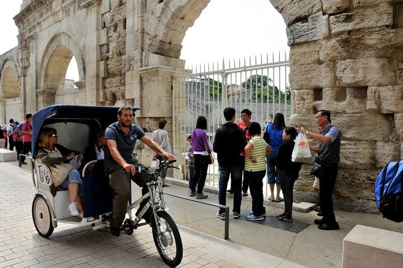 Visite touristique le long du Théâtre Antique d'Arles
