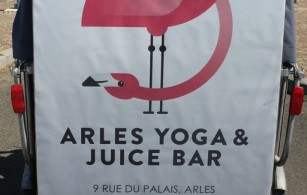 Nouveauté à Arles: Yoga et bar à jus sur la place du Forum à Arles